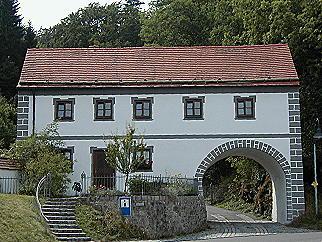 historisches Torbogenhaus mit Fremdenverkehrsbüro und Urdonautal-Museum
